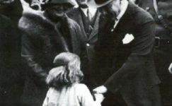 Bando-Cocukevi-Atatürk-ve-cocuk (13)
